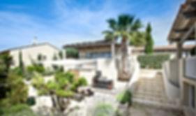 barbecue, terrasse, cuisine d'été, voile d'ombrage,location de villa, palmier washingtonia, pergola, piscine intérieure, gîte, gard, occitanie, jardin mediterranéen, les petits gardons