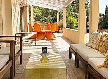 terrasse, panton chair, jaune, orange, color therapy, vintage, location de vacances, gite, gite pour 6, location 2 chambres, les petits gardons, provence, gard, occitanie