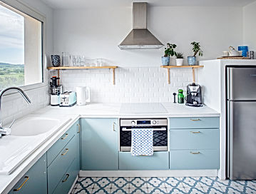 cuisine, bleu et blanc, gîte, carrealge métro, les petits gardons, location de vacances, gite pour 2, provence, gard, occitanie