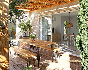 terrasse, pergola, hair pin legs table, ombragé, déco chic, location de vacances, gite, gite 2 chambres, les petits gardons, provence, gard, occitanie