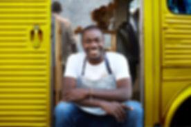 Mann am Eingang von Food Truck