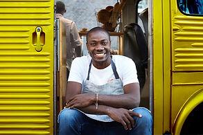 Homem na entrada do caminhão de comida