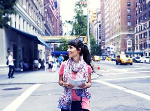 ニューヨーク市で歩く女の子