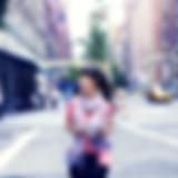 Ragazza che cammina a New York City