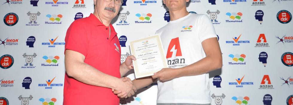 Hüseyin Soysaldı sertifikasını Melik Duyar'dan alıyor