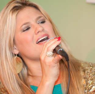 Sängerin Gisele  in action