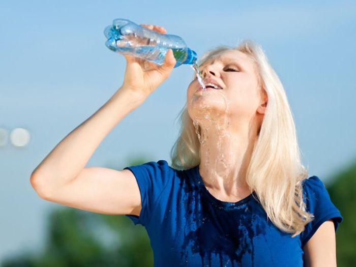 אשה שותה מים אובייקט ללעג ולהחפצה מינית