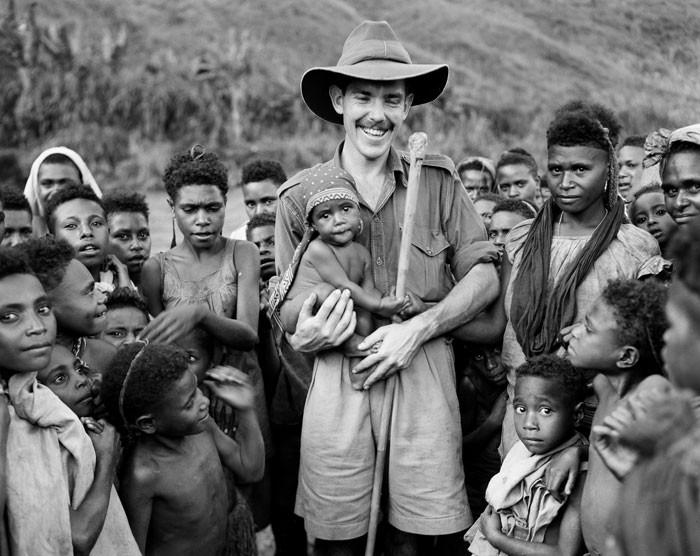 קולוניאליסט לבן עם בני ובנות השבט