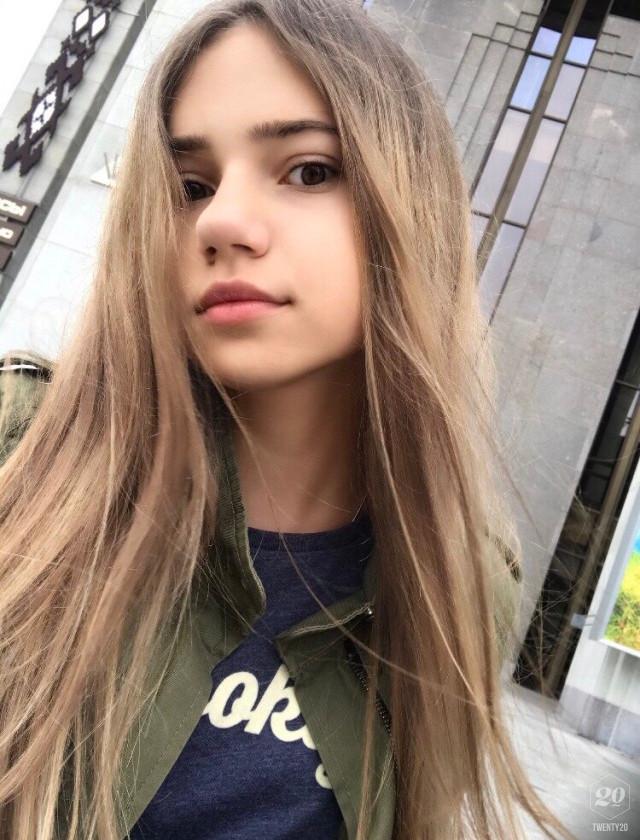 סלפי של בחורה צעירה