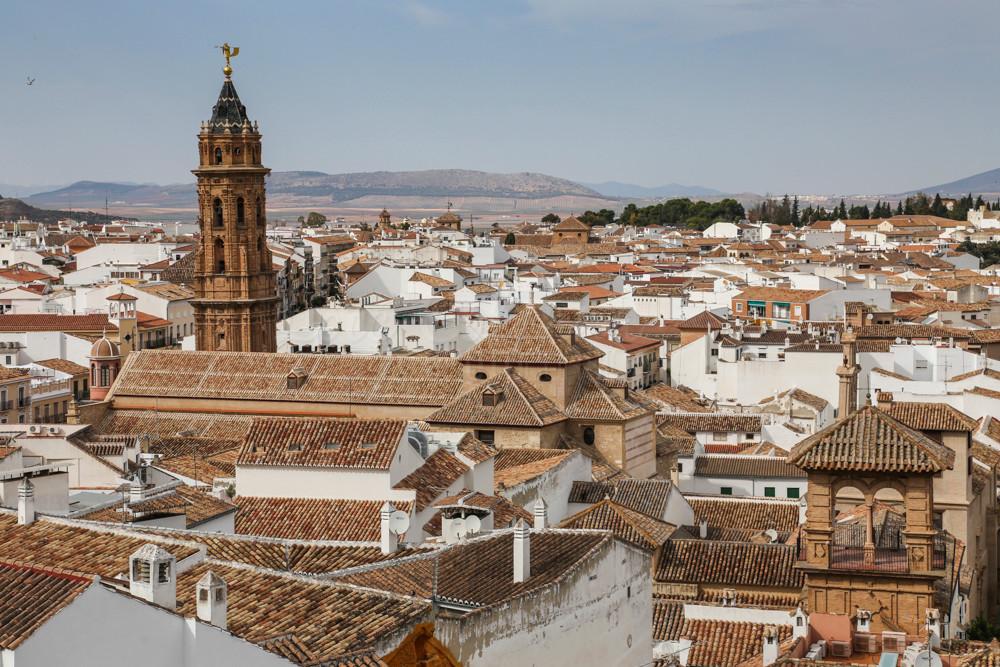 Antequera (Andalousie) Espagne  Petite ville située à une cinquantaine de kilomètres de Malaga. Les deux villes sont séparées par la cordillère Antequerena. Jolie ville, avec un centre ancien bien restauré, groupé autour de l'Alcazaba.