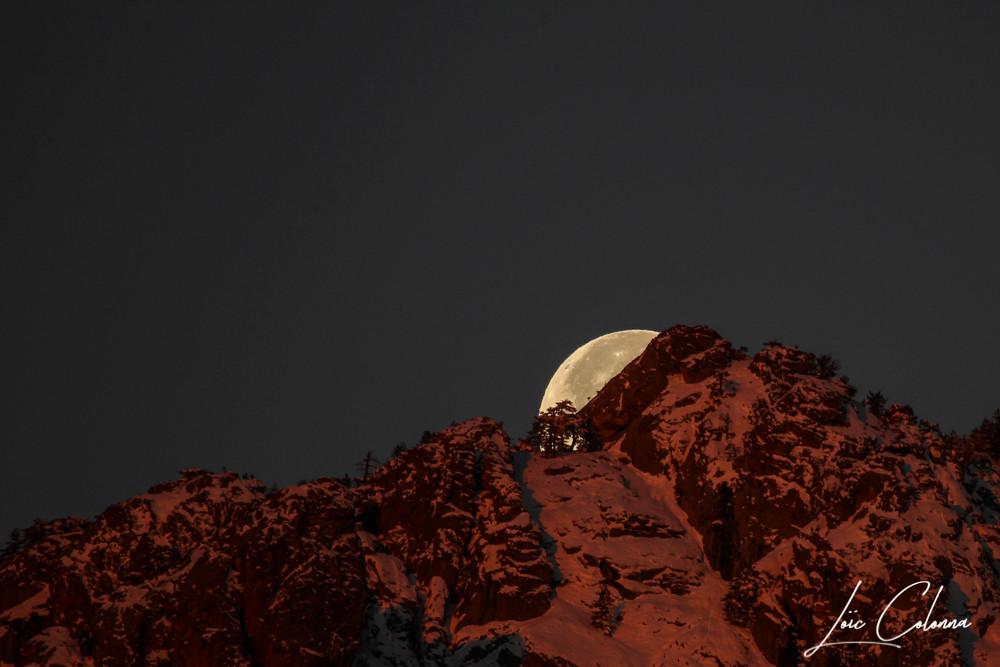 Une super lune est, en astrologie et en astronomie, une pleine ou nouvelle lune qui coïncide avec une distance minimale du satellite à la Terre. Il s'agit d'une façon populaire de désigner le phénomène de périgée-syzygie, visuellement négligeable