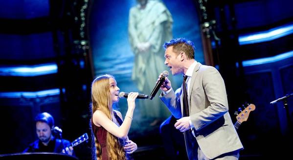 I duett med Heine Totland under BKK sine julekonserter i 2013. Foto: Skjalg Ekeland