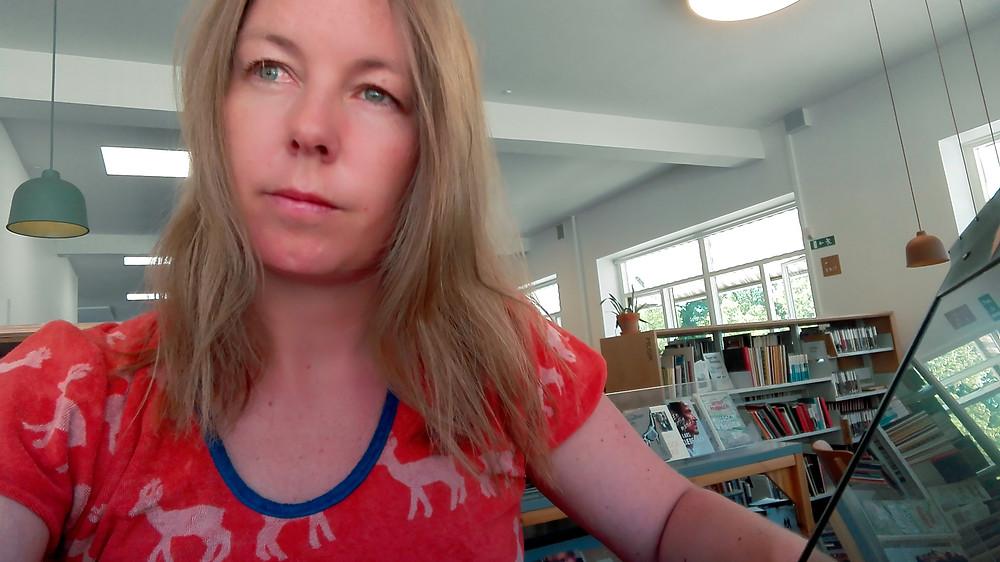 På biblioteket