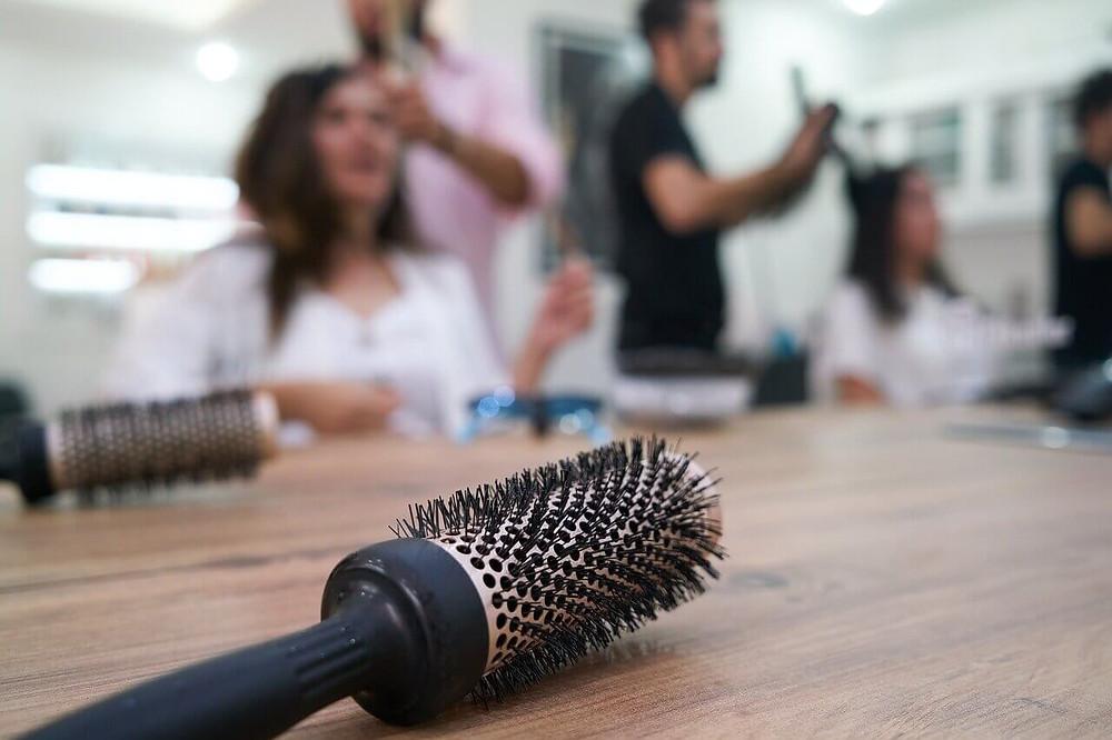 Stylizacja włosów - układanie włosów suszarką - salon fryzjerski