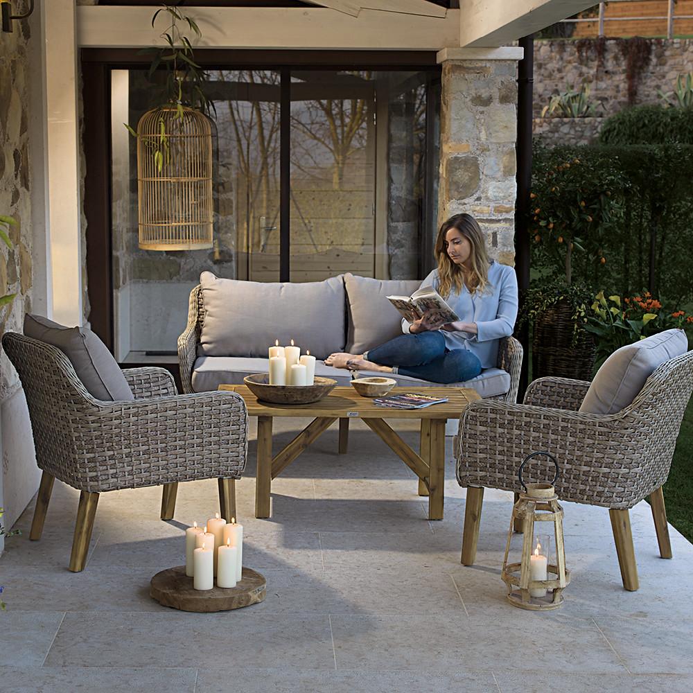 Comfort e praticità: salotto Amazonas con struttura in alluminio rivestita in fibra sintetica color naturale.