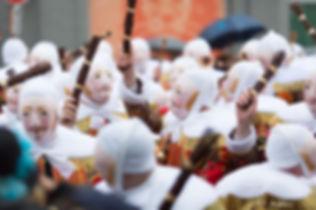 Les Gilles de la société des Gilles à Hauts Chapeaux, le dimanche matin du carnaval de Laetare, portant le masque de cire et brandissant les ramons