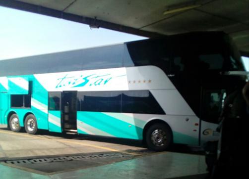 Autobus estacionado en anden de terminal de autobuses