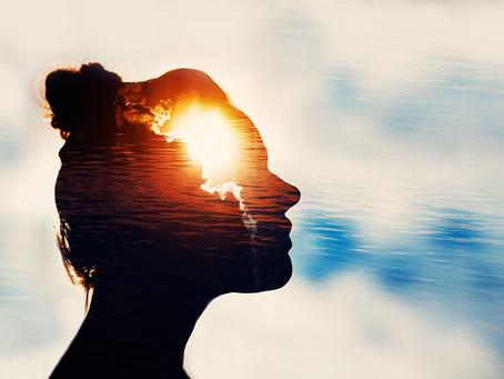 Dilsiz Bir Kadın Yükseltiyor Güneşi