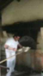le boulanger enfourne le painJG Emerit.