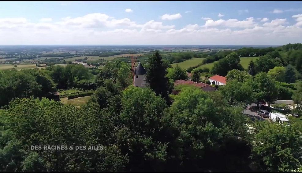 La video de l'émission les Racines et des Ailes relatent décrit la rénovation des moulins à vents du Terrier Marteau. Les ailes ont été remises à neuf et ramplacées.