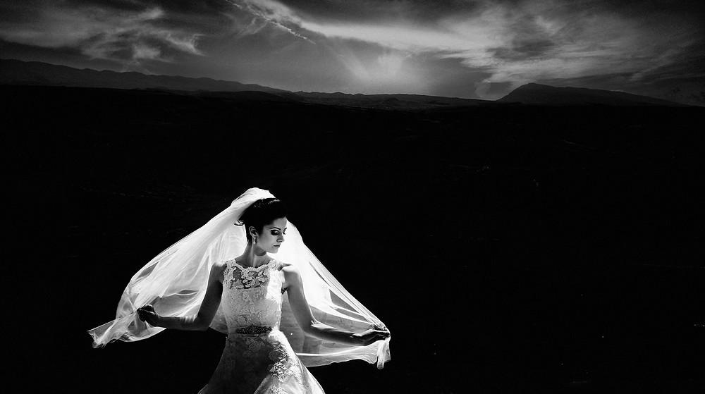 Le jeu de lumières fait ressortir d'une superbe manière la mariée