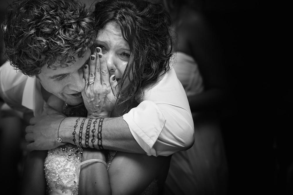 Une mariée qui ne peut contenir son émotion