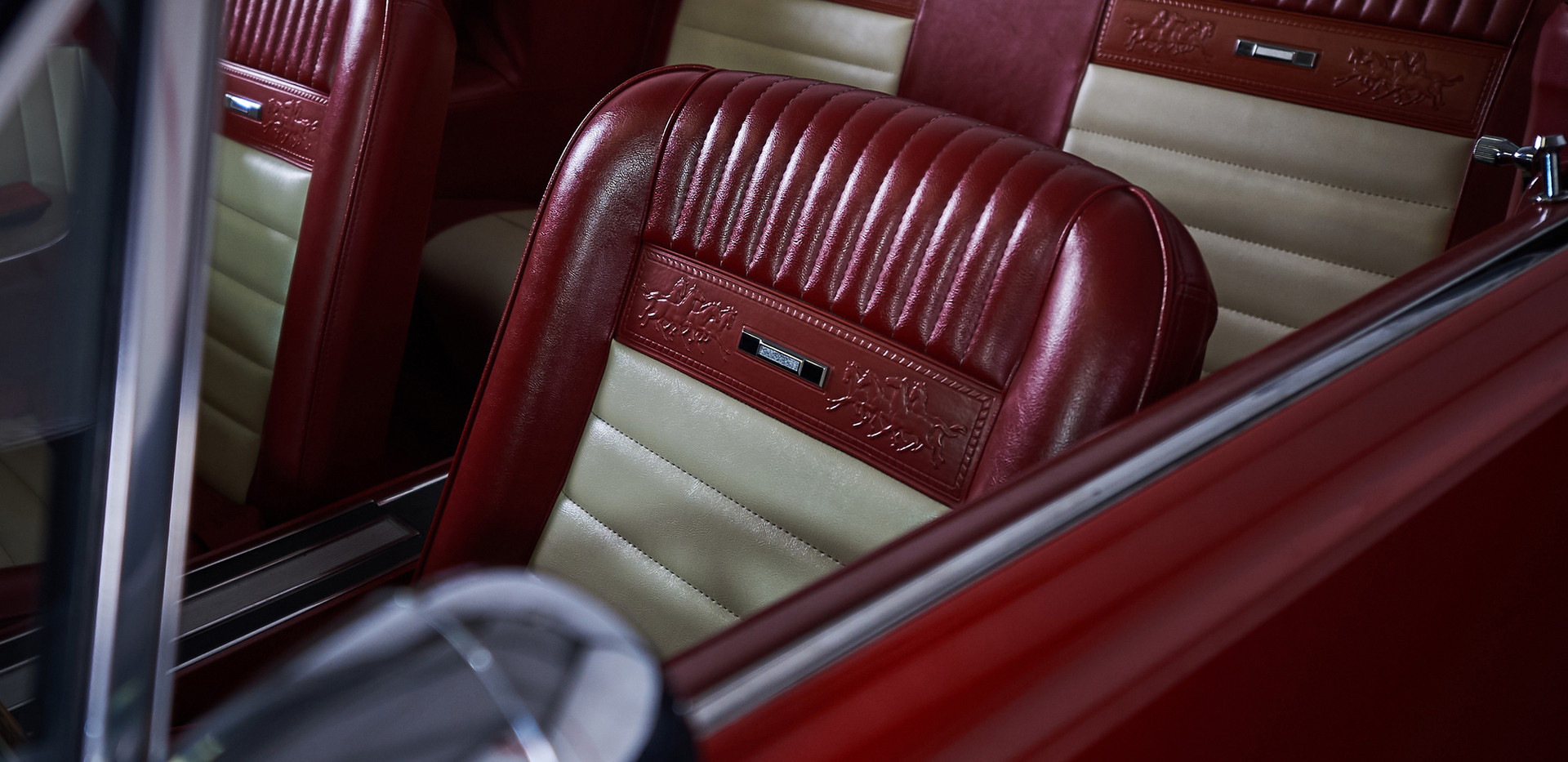 MUSTANG PONY ROUGE - interieur sieges.jp