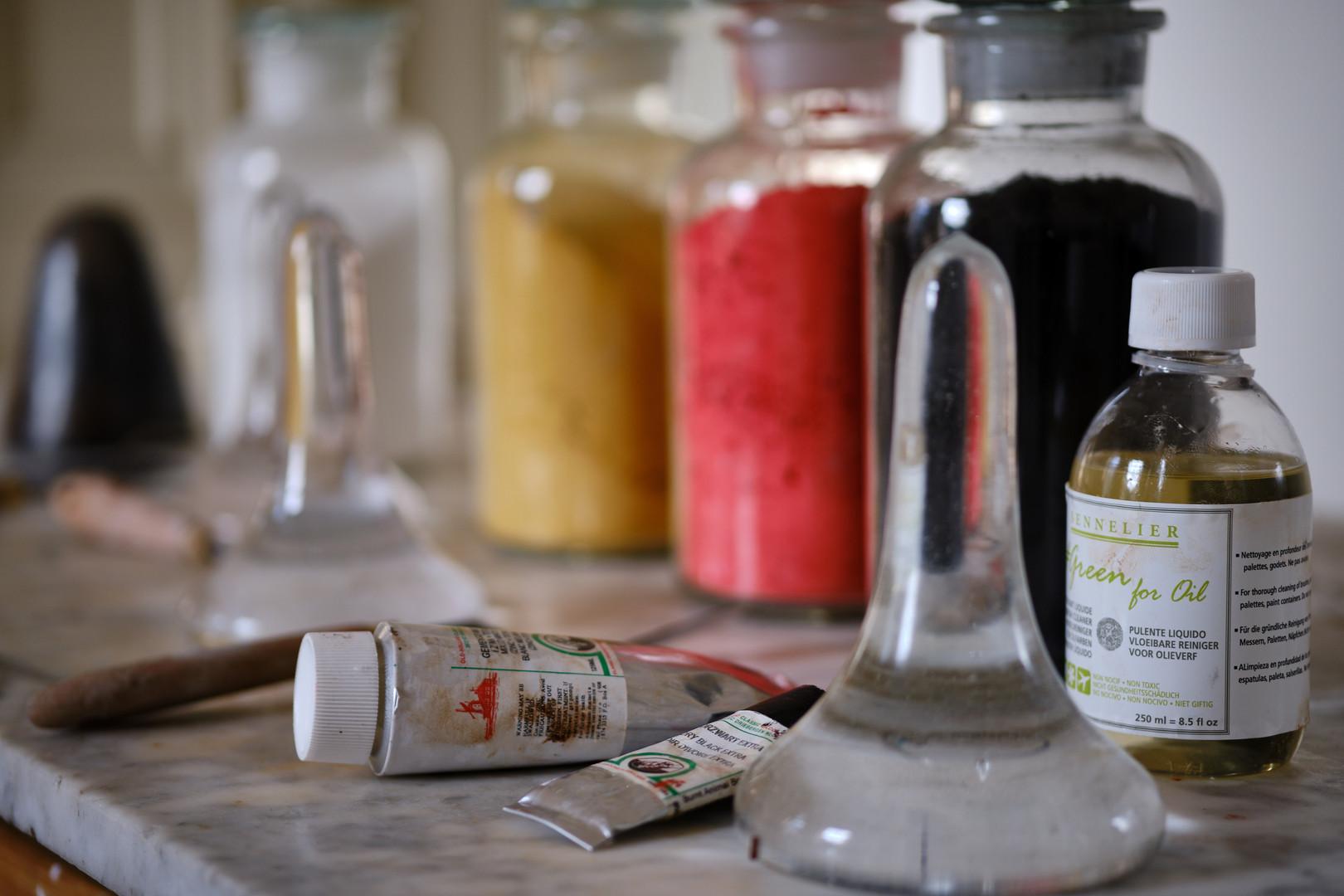 Verf maken van droge pigmenten en lijnzaad is een van de oudste ambachten