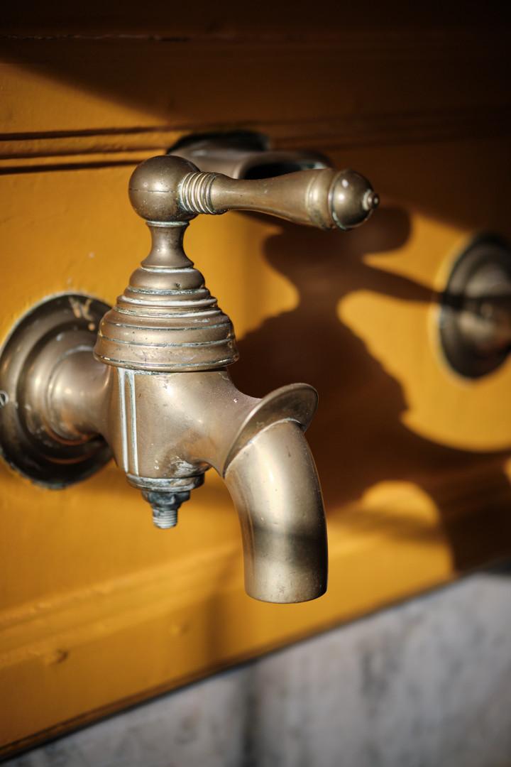 er zijn veel authentieke elementen bewaard gebleven. Zoals de bronzen kranen in het souterrain.
