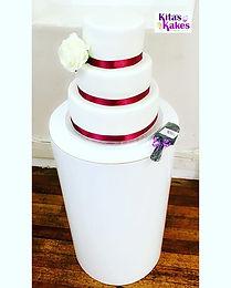 A simplistic yet beautiful wedding cake
