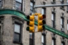 photographie urbaine : une lumière de circulation à new york avec un batiment ancien