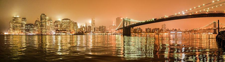 Photographie urbaine : un panorama de manhattan de nuit avec le pont de brooklyn