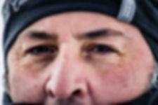 photographie portrait : un homme au regard perçant après une aventure en montagne