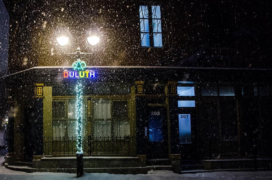 photographie urbaine : une tempête de neige à montréal de nuit