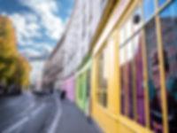photographie urbaine : une rue colorée de Paris