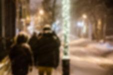 photographie urbaine : un couple marche sous la neige à montrél