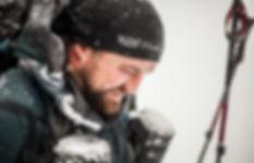 portrait: un homme souffre en marche en hiver sous la neige