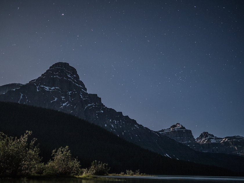 Photographie des étoiles au dessus des montagnes au canada