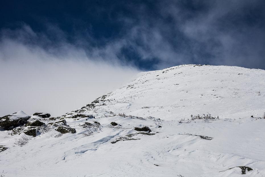 photographie de paysage de montagne eneigée avec un nuage