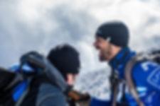 photographie portrait : un homme rigole en montagne