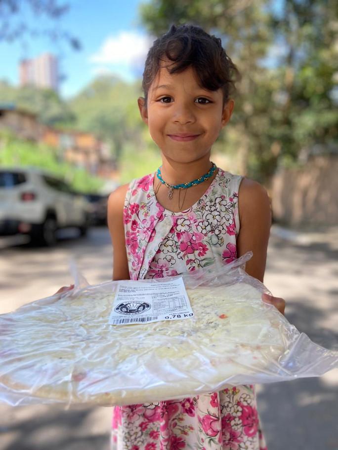 Distribuição de Bonecas e Pizzas