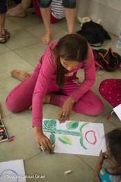séance d'art-therapie humanitaire au Cambodge