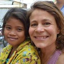 Sophie latron participe à des voyages d'art-thérapie humanitaire, au cambodge, à st martin aux Antilles, pour aider les plus démunis à renouer avec leur force et volonté propres