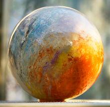 Céramique Sophie Latron Gruel magnifique et originale création en faience, hommage à la planète Terre, Gaia, et au Féminin Sacré. Travail de création avec des engobes et des émaux. matière et spiritualité.