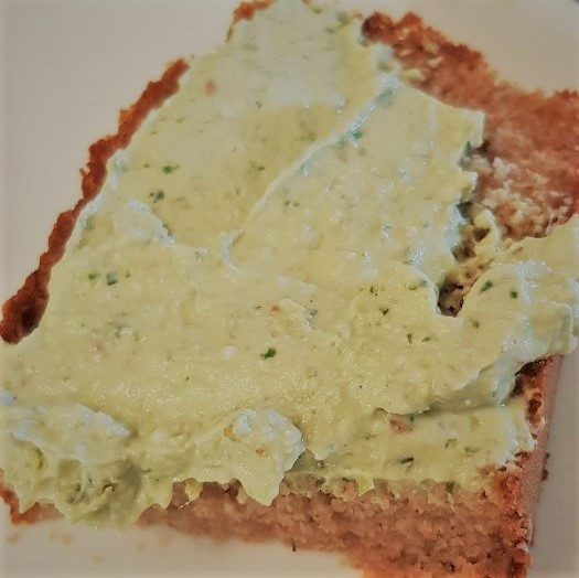 לחם ביתי עם ממרח גבינה טבעונית