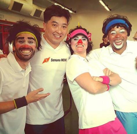 #Hoje (#Domingo), no #sescpompeia , o gênio olímpico do Tênis de Mesa, também conhecido como PingPong (rs), @hugohoyama teve o prazer de tirar uma foto com os palhatletas da Cia @bubioficolo ... #sqn kkkkkk  #tenisdemesa #tênisdemesa #hugohoyama #sesc #sescsp #sescpompeia #semanamove