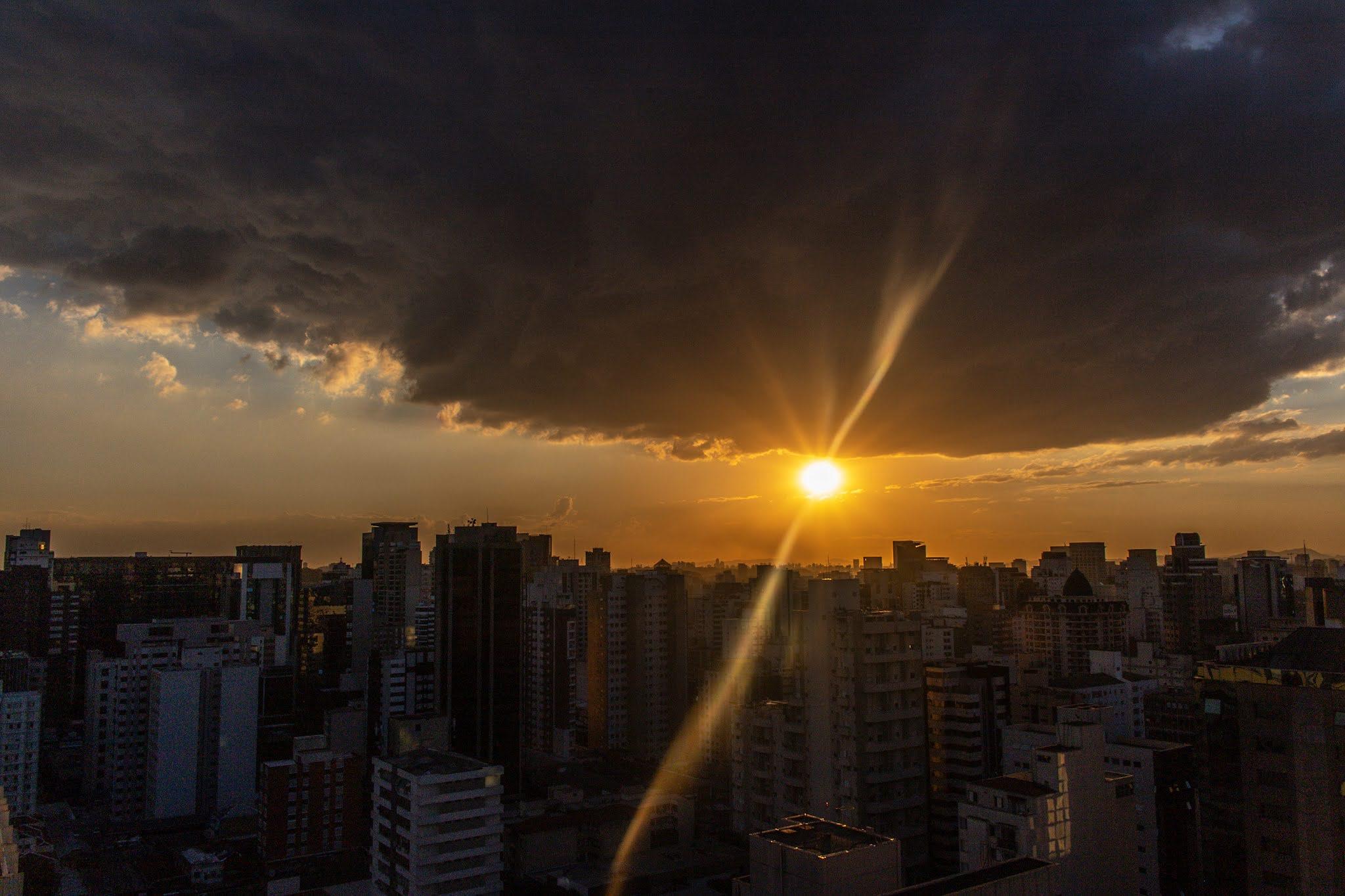 Sanduiche de Sol entre Nuvem e Cidade