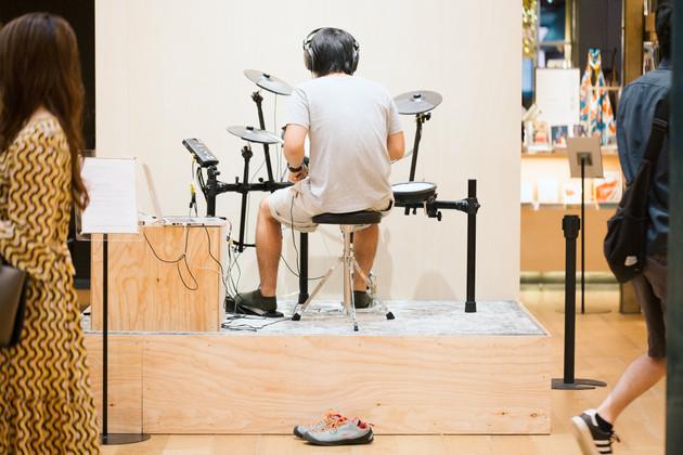 1日目と10日目で少しドラムが上手くなってる人 / A man becomes good at playing drums. 10 days later.