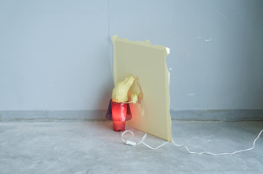 寝床のあかり、手元のひかり、壁紙の穴 / Bed lights, hand lights, wallpaper holes
