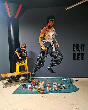 Eric Classo con una de sus obras ilustrando a Bruce Lee